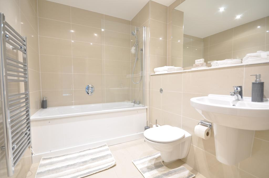 Berkshire-Short-Let-Accommodation-Bracknell-available-NOW!-Countryside-views-in-a-Central-Location.-Full-Sky-Package-&-Wifi-&-Weekly-Housekeeping