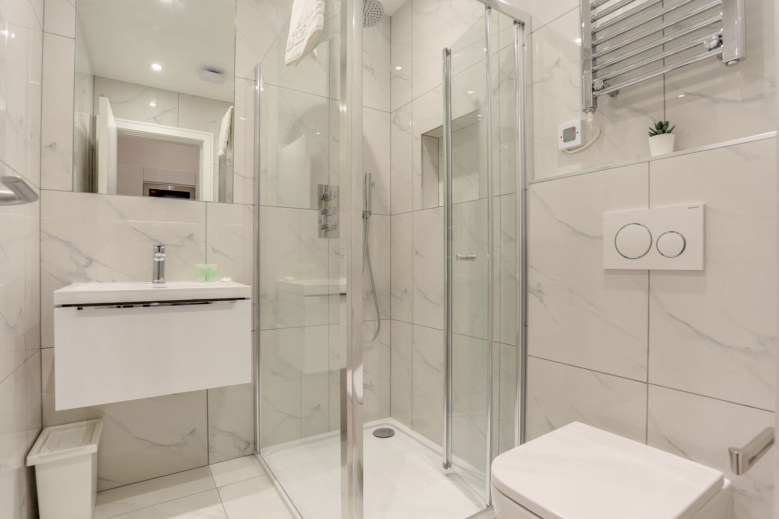 Serviced-Apartments-Queensborough-bordering-Hyde-Park-provides-contemporary-formed-studios--Fully-Furnished,-Wi-Fi,-Extra-Amenities-and-Luggage-Storage!