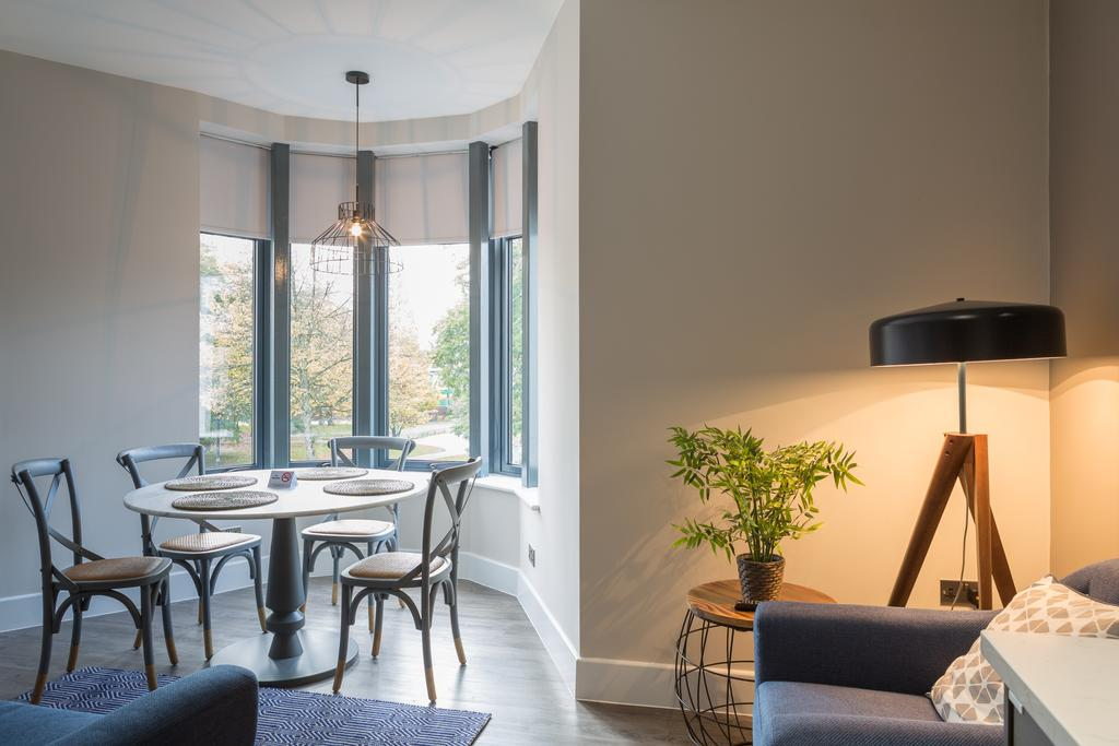Cardiff-Serviced-Apartments--Book-Short-Let-Luxury-4*-Accommodation-near-Cardiff-University,-Cardiff-Castle-&-Bute-Park-with-Aircon,-Lift,-Wifi-&-Smart-TV!