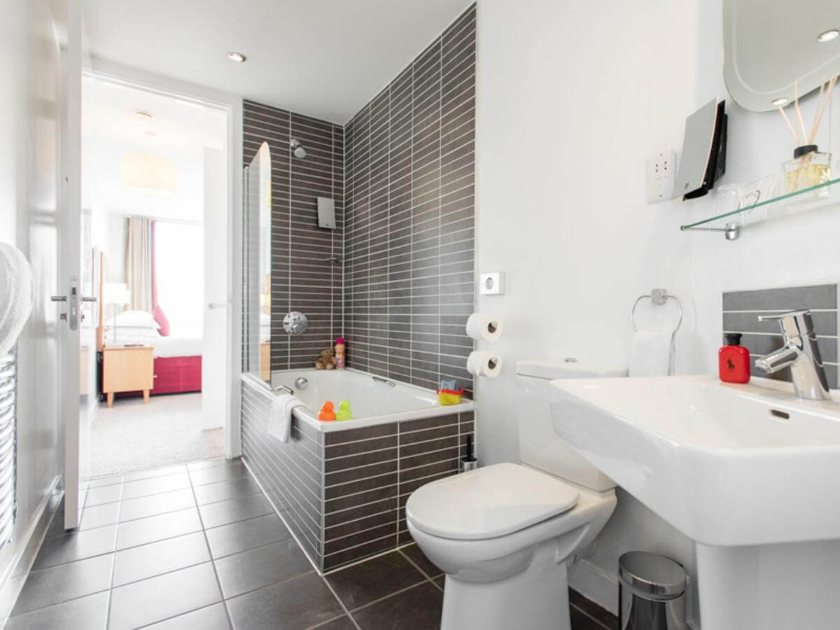 Liverpool-Aparthotel---North-England-Serviced-Apartments-UK---Cheap-Short-Let-Accommodation-in-Liverpool-with-24h-Reception,-Wifi,-Lift-Access,-Parking-|-Urban-Stay