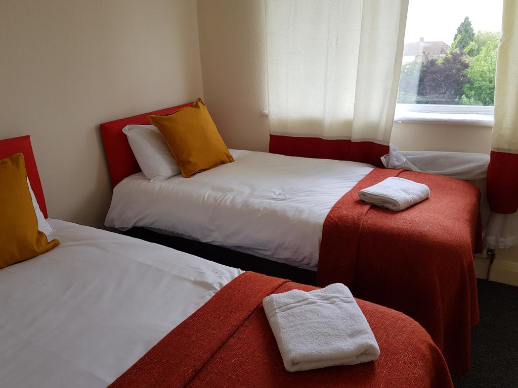 Book-Self-Catering-Accommodation-Luton-University-of-Bedfordshire-&-Luton-Central-Library-at-low-cost.-Elmore-House-Apartments-features-free-parking