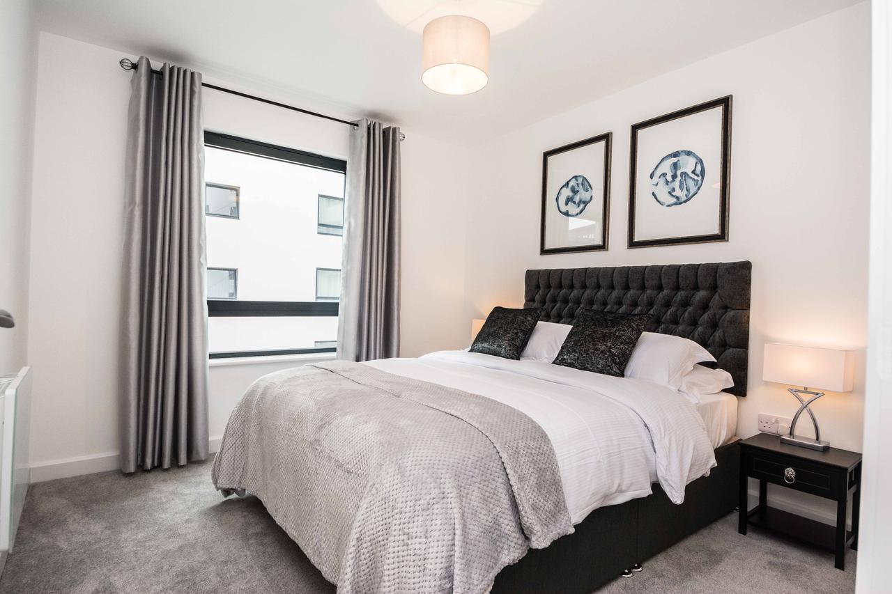 Corporate-Apartments-Southampton,-UK-Available-Now-I-Book-Serviced-Short-Let-Accommodation-in-Hampshire---Royal-Crescent-Apartments-I-Free-Parking-&-Balcony