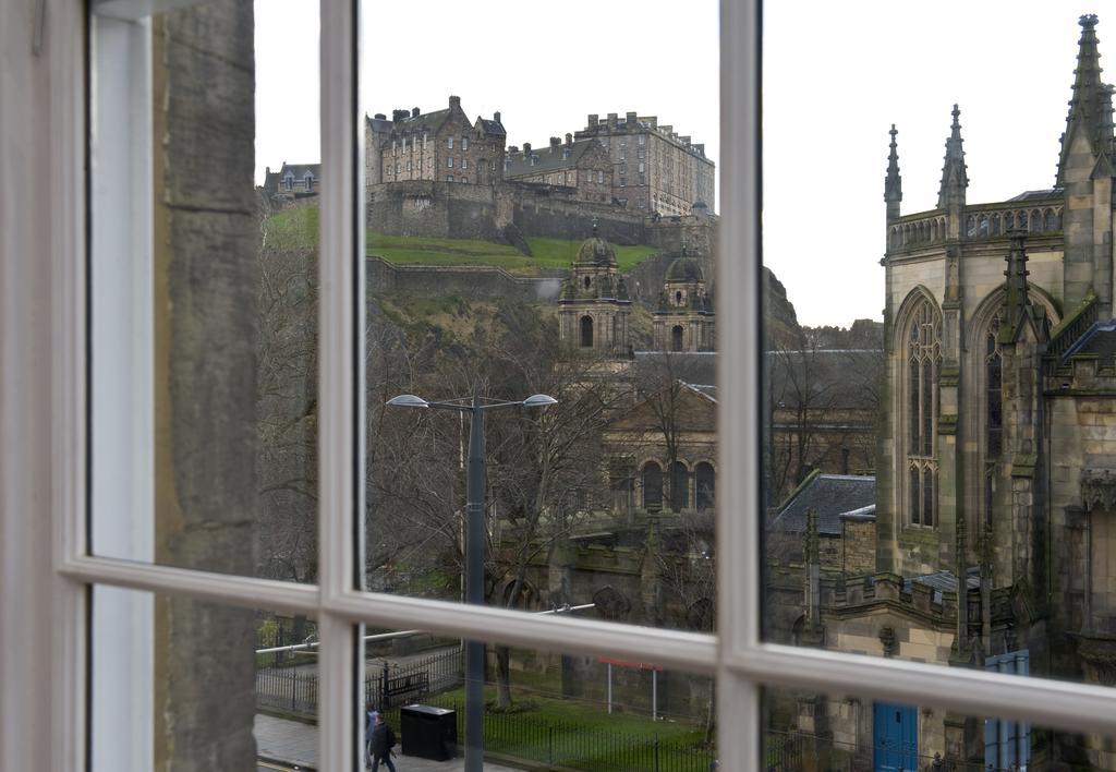 Edinburgh-Self-catering-Apartments---Princes-Street-Apartments---Edinburgh-Castle---Urban-Stay-1