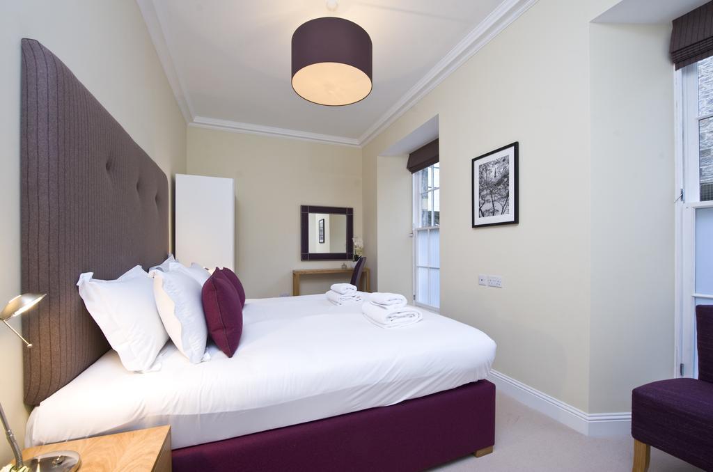 Edinburgh-Self-catering-Apartments---Princes-Street-Apartments---Edinburgh-Castle---Urban-Stay-13