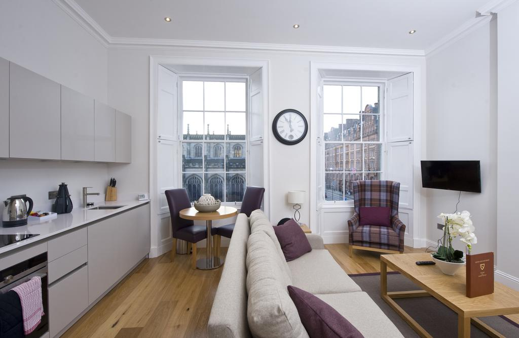 Edinburgh-Self-catering-Apartments---Princes-Street-Apartments---Edinburgh-Castle---Urban-Stay-2
