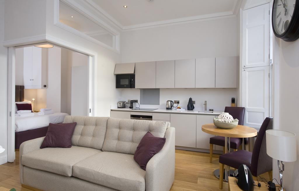 Edinburgh-Self-catering-Apartments---Princes-Street-Apartments---Edinburgh-Castle---Urban-Stay-3