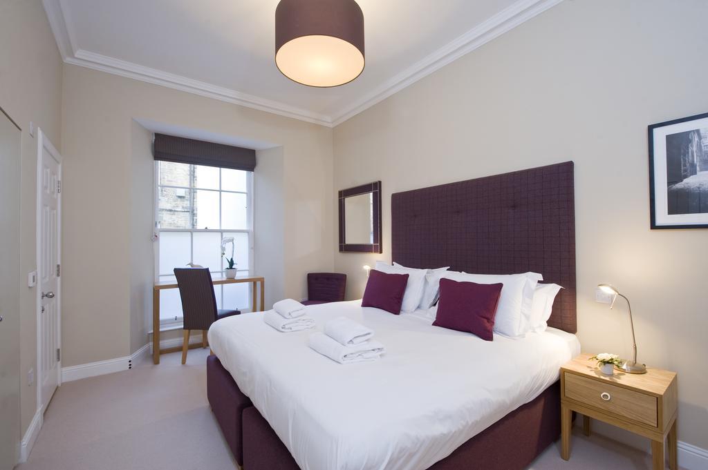 Edinburgh-Self-catering-Apartments---Princes-Street-Apartments---Edinburgh-Castle---Urban-Stay-9