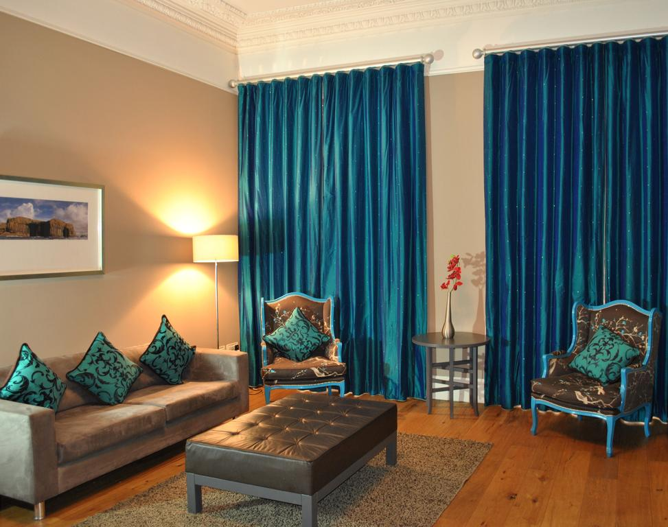 Book-Glasgow-Corporate-Apartments-located-near-Kelvingrove-Art-Gallery-and-Museum.West-End-Apartments-features-a-separate-kitchen,-a-DVD-player-&-free-Wifi.