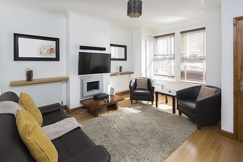 Rochester Serviced Accommodation - Black & White Apartments - Cecil Road - Urban Stay 13