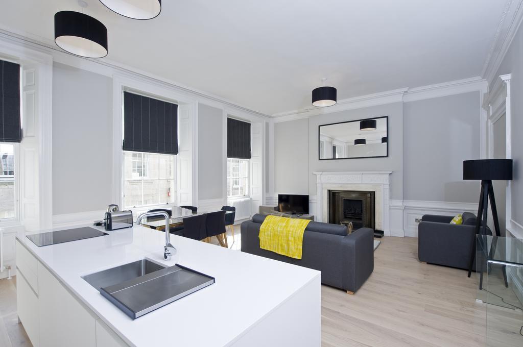 Self-Catering-Accommodation-Edinburgh---Hill-Street-Apartments---Edinburgh-Castle---Urban-Stay-1
