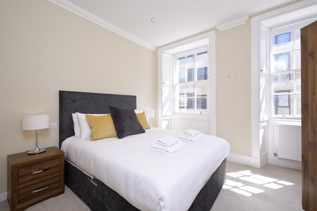 Self-catering-Apartments-Edinburgh---Thistle-Street-Apartments-Near-Murrayfield-Stadium---Urban-Stay-2