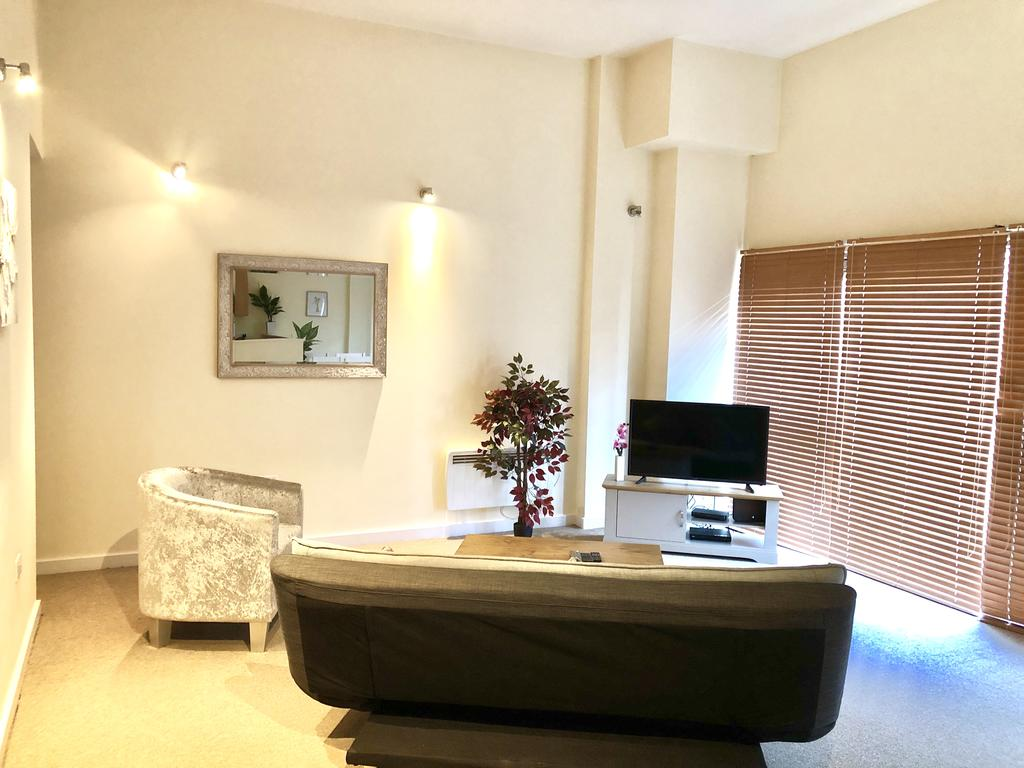 Serviced-Apartments-Swindon---Paramount-Building-Apartments---Princes-Street---Urban-Stay-1