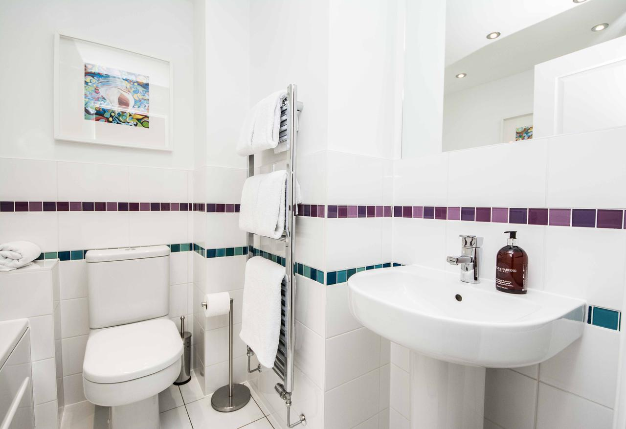 Book-your-stay-at-Southampton-Corporate-Accommodation,-UK-I-Cardinal-Place-Available-Now-I-Benefit-from-luxurious-furnishings,-Free-Wi-Fi-&-flat-screen-TV.