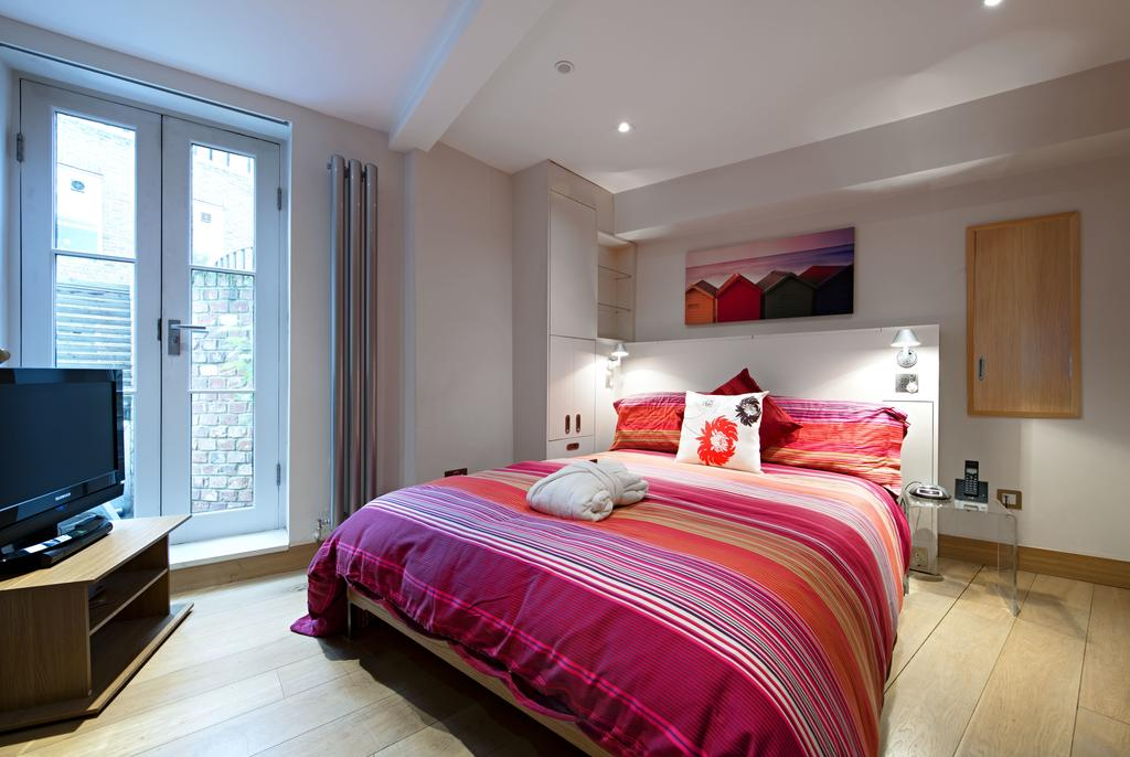 Book-St-Albans-Short-Let-Accommodation-located-near-Highfield-Park-&-Saint-Albans-Magistrates'-Court.-The-Apartments-offers-free-WiFi-and-free-parking.