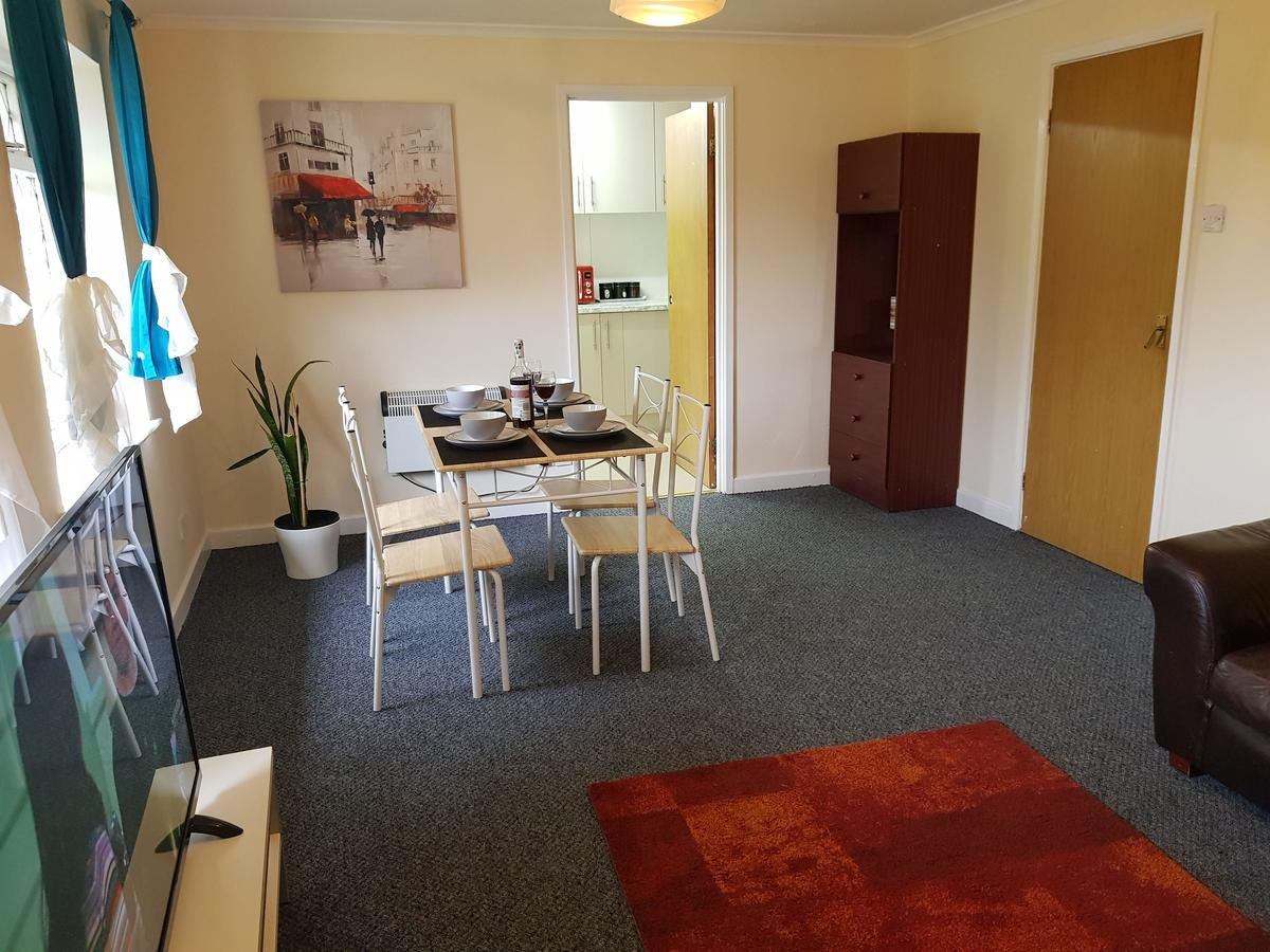 Book-your-Best-Cheap-Corporate-Accommodation-Luton.-I-Aubrey-House-Short-Lets-Luton-with-convenient-location-close-to-London-I-Free-Wifi-&-Free-Parking