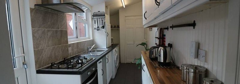 Luton Corporate Accommodation, UK Available Now I Book Salisbury House in Bedfordshire close to Luton Airport I Free Parking, Free Wifi + TV with SKY HD