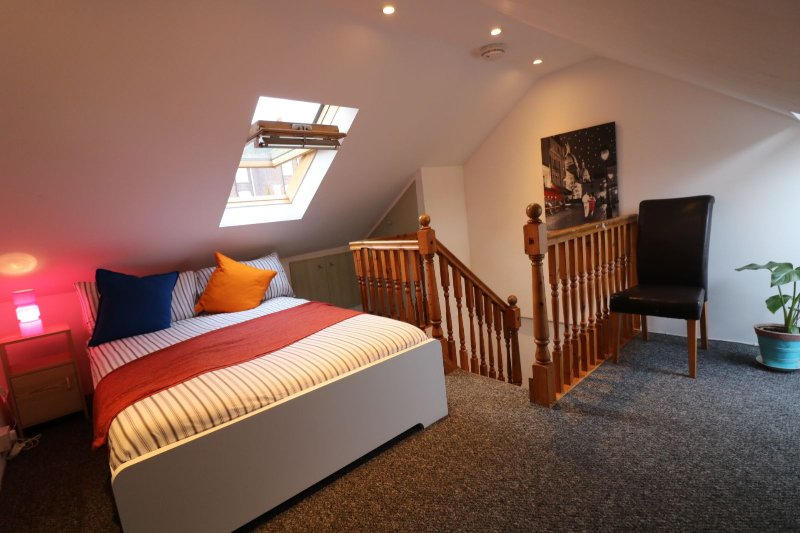 Luton-Corporate-Accommodation,-UK-Available-Now-I-Book-Salisbury-House-in-Bedfordshire-close-to-Luton-Airport-I-Free-Parking,-Free-Wifi-+-TV-with-SKY-HD