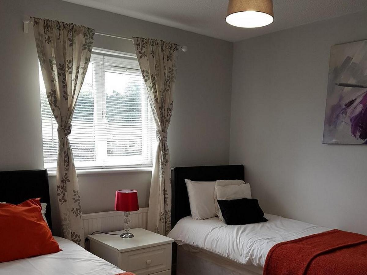 Short-Let-Accommodation-Luton,-UK--Fieldfare-Green-House-Available-Now-I-Book-Corporate-Accommodation-in-Bedfordshire-I-Private-Garden-with-BBQ-&-Free-WiFi
