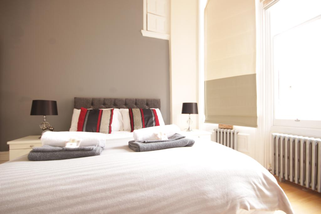Book-Serviced-Apartments-Hull-located-near-Hull-Arena-&-KCOM-Stadium.-The-apartment-has-1-bedroom,-a-flat-screen-TV,-an-equipped-kitchen-with-a-dishwasher.